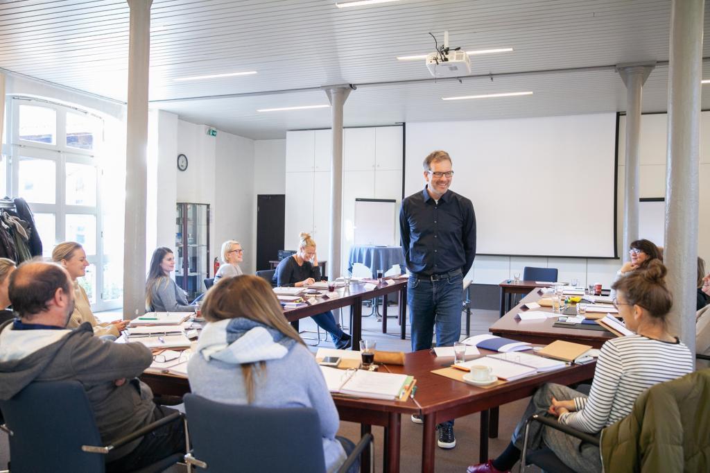 Redner Ausbilder spricht zur Klasse