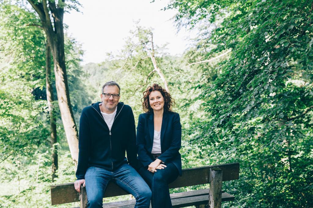 Martin und Johanna sitzen auf Bank im Wald