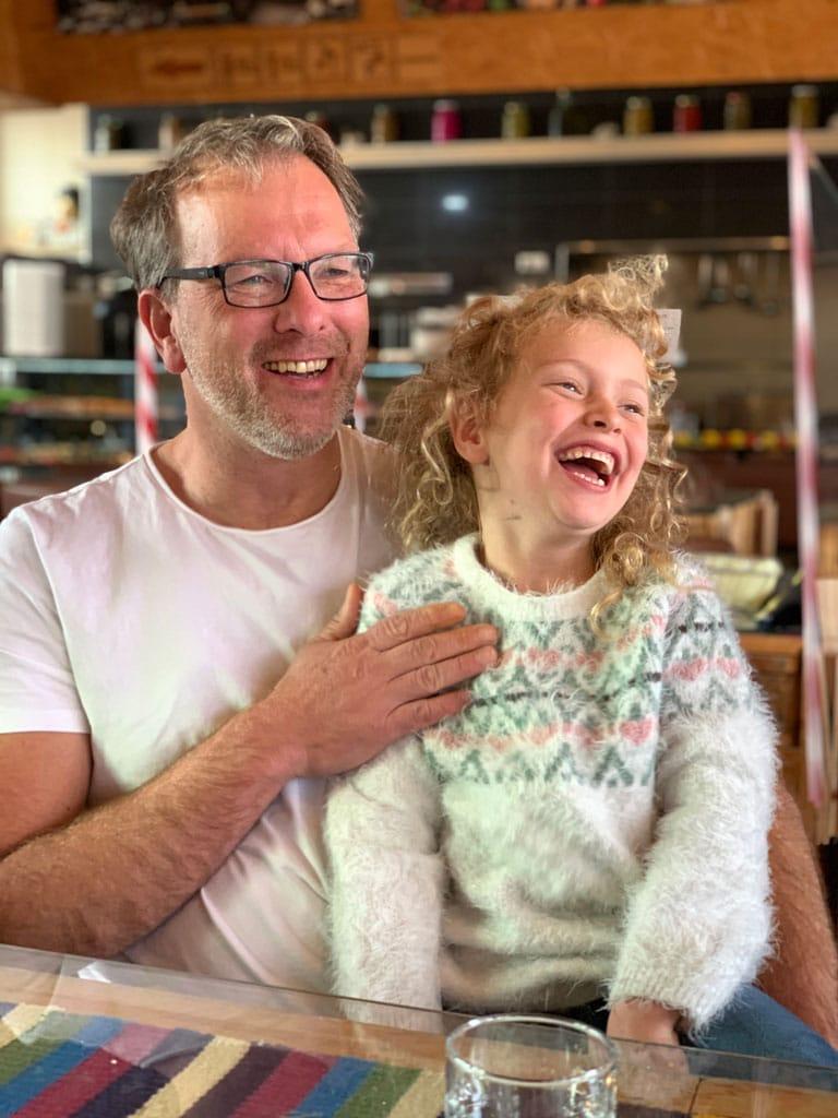 Martin Lieske sitzt mit Tochter am Tisch
